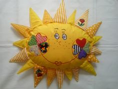 veselé sluníčko polštářek dětský s našitými aplikacemi s výplní. Velikost výplně polštářku je cca 40x30cm. Polštářek lze zavěsit na stěnu jako dekoraci. Materiál polštářku je bavlna.