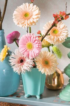 Small colourful gerbera bouquet in a blue vase #pinkgerberas #whitegerberas #inspiration #floral #flower #colouredbygerbera #dutchgerbera