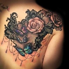 tatouage rose dentelle, papillons et roses avec dentelle noire, tatouage dos femme