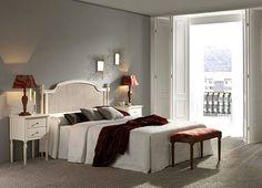 Muebles de dormitorio de matrimonio en madera maciza estilo Época, con cabecero de cama con rejilla. Más info en www.tudecora.com