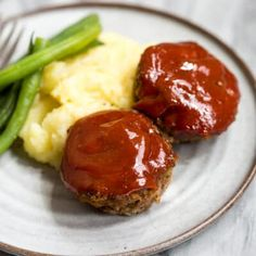 Easy Mini Meatloaf Mùffins made with groùnd beef or groùnd tùrkey and topped with homemade bbq saùce. Easier and healthier than traditional meatloaf. Mini Meatloaf Muffins, Mini Meatloaf Recipes, Bbq Meatloaf, Meatloaf Sauce, Beef Recipes For Dinner, Meat Recipes, Cooking Recipes, Recipies, Homemade Bbq