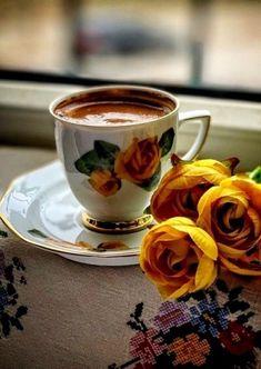 Coffee and flowers Coffee Latte Art, I Love Coffee, Coffee Cafe, My Coffee, Good Morning Coffee Gif, Coffee Break, Coin Café, Coffee Presentation, Spiced Coffee