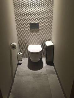 Van der Valk Hotel Heerlen - Damestoilet: Island Natural 33,3x100 van Venis met de Tribeca Acero op 80x80 cm