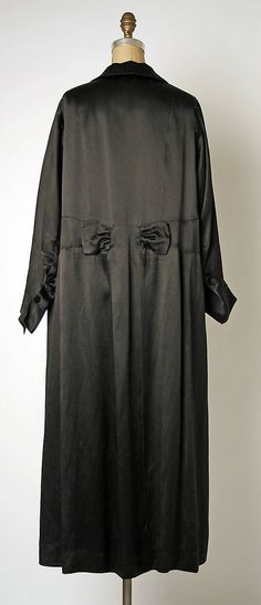"Evening coat Design House: House of Chanel Designer: Gabrielle ""Coco"" Chanel Date: ca. 1920Culture: french médium: silk"