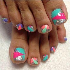 @professionalnailss #feetofinstagram #feet #toe #toes #toenail #toenails #toenailart #cute #pretty #followher #like #follow #triangles  Send me a DM with your toenail art!