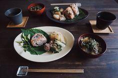 朝食鮭とエゴマむすび蕪の黒味噌煮いつも菜のおろし和え半干し椎茸と茄子の生姜味噌汁晴れの日が続いたので色々野菜を干した by saki.52