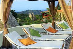 Deck da piscina no Parador Ayatana Porch Ideas, Outdoor Furniture, Outdoor Decor, Front Porch, Hammock, Home Decor, Serra Negra, Swiming Pool, Decoration Home