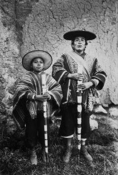 Martin_Chambi_oenf_6 Peruvian People, Famous Pictures, Folk Clothing, Inca, Portrait Inspiration, Latin America, Light And Shadow, Old Photos, Native American