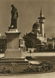 Constanta - statuia lui Ovidiu - Kurt Hielsche Old Photography, Old Photos, Statue Of Liberty, Places To Go, Around The Worlds, Architectural Styles, Pictures, Travel, Pride