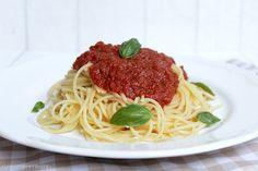 Die beste und zugleich einfachste Tomatensauce der Welt! Sie kann auf Vorrat produziert und mit jeder erdenklichen Zutat ergänzt werden, hält sich im Kühlschrank etwa 1 Woche und eingefroren ist di…
