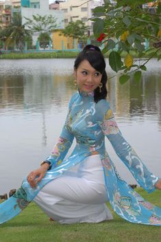 Beautiful Girl Indian, Gorgeous Women, Beautiful People, Vietnam Girl, Vietnamese Dress, Japan Girl, Ao Dai, Flower Dresses, Asian Woman