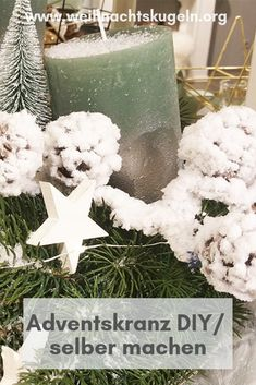 Einen Adventskranz kann man spielend leicht selbst binden und auf kreative Weise schmücken. Place Cards, Gift Wrapping, Place Card Holders, Table Decorations, Gifts, Home Decor, Crown Cake, Decorating, Gift Wrapping Paper