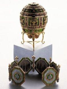 Style Faberg/é /Œuf russe sculpt/é avec fleurs et papillon 17 cm couleur or