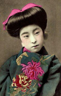 carte postale japonaise : Eiryu, Geisha, 1910, portrait de femme, gris-rose