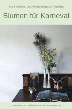 Eine Dekoration für Karneval im venezianischem Design. In den Vasen: Tuberosen und Pfauenfedern. Als wichtigstes Objekt: eine Maske original aus Venedig. Helau und alaaf!