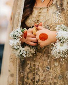 Best Mehndi Designs, Simple Mehndi Designs, Bridal Mehndi Designs, Girl Hand Pic, Beautiful Women Videos, Mehndi Simple, Hand Flowers, Flower Bracelet, Flower Jewelry