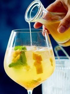 Mango and passion fruit spray- Mango-Maracuja-Spritz When or on the unbelievably delicious! Drinks Alcoholicas, Cocktail Drinks, Alcoholic Drinks, Mango Cocktail, Cocktail Recipes, Brunch Recipes, Healthy Eating Tips, Clean Eating Snacks, Spritz Recipe