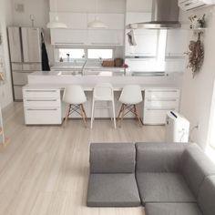 洗練されたスタイルを演出しよう!オシャレでモダンな「グレーインテリア」をご紹介します Dining Bench, Interior, Table, House, Furniture, Home Decor, Decoration Home, Table Bench, Indoor
