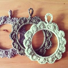Crochet frames tutorials  http://conillpanxut.wordpress.com/2013/08/23/crochet-frame-tutorial/