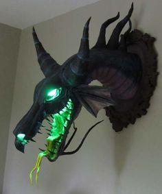 Un busto de papel maché inspirado en el personaje de Maléfica, la bruja de La Bella Durmiente, en su forma de Dragón diseñado y construído por Dan Reeder,