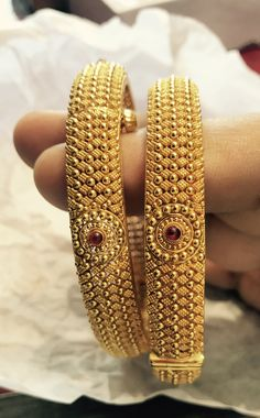 Gold Chain Design, Gold Bangles Design, Gold Jewellery Design, Gold Kangan, Gold Mangalsutra Designs, Indian Jewelry Sets, Gold Jewelry Simple, Jewelry Design Earrings, Bangle Bracelets