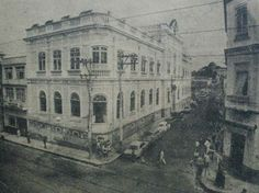 Biblioteca Pública em 1967. A direita, aparece parte da loja Dragão dos Tecidos, hoje ocupado pelo Banco Bradesco. E o prédio do antigo BEA Trilhos dos bondes ainda visíveis.