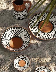 Habitat : les nouveautés outdoor à l'esprit gypsie Painted Ceramic Plates, Ceramic Vase, Ceramic Pottery, Pottery Painting, Ceramic Painting, African Furniture, Basket Decoration, Contemporary Ceramics, African Design