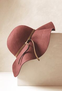 Love the style and color of this trendy hat. #marsala #ladieshat