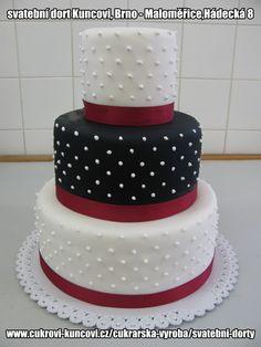 bílo-černý svatební dort s červenou stuhou