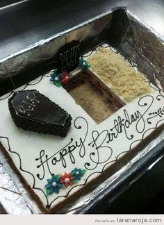 Tarta de cumpleaños con ataud y fosa