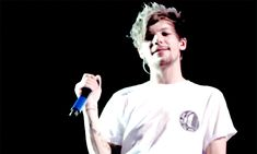 Front view of Louis doing the kiss thing to fan, 11/03/15