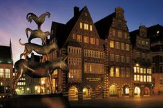 """Bremen - Statue der Stadtmusikanten am Rathaus. Die Tiere gelten als die Beschützer der Stadt. Zur symbolischen Bedeutung siehe """"Archetypische Dimensionen der Seele"""" (Marie-Louise von Franz)"""