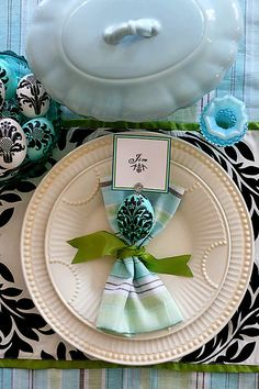 love the black & white graphic runner with the trad cream china & rich green