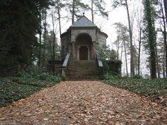 Das Tucher-Mausoleum bei Simmelsdorf.  Eher durch Zufall sind wir auf die Grablege der von Tucher gestoßen sie liegt versteckt in einem Wald wir dachten zuerst es handelt sich um eine normale Kapelle.  Die Tucher von Simmelsdorf sind eine einflussreiche Patrizierfamilie der Reichsstadt Nürnberg erstmals urkundlich erwähnt im Jahr 1309. Namensgebender Familiensitz ist das 1598 von den Türriegel von Riegelstein gekaufte Rittergut Simmelsdorf. Die Tucher waren mit kurzen Unterbrechungen ab 1340…