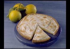 Préchauffez votre four Th. 7 (200° C). Déroulez la pâte dans un moule à tarte en conservant la feuille de cuisson. Faites-la cuire à blanc environ 15 minutes selon le mode d'emploi. Dans un saladier, mélangez le Lait Concentré Sucré, les jaunes d'œufs, le zeste et le jus des 2 citrons. Montez les blancs d'œufs en neige et incorporez le sucre glace en continuant de battre. Versez la crème au citron sur le fond de tarte et recouvrez de blancs d'œufs en neige à l'aide d'u...