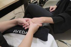 Nuestro ritual de manos es ideal para aliviar el estrés a través de dos sensaciones duales, aroma y tacto.     Y es que queremos que te sientas bien en nuestro salón.    Te esperamos en C/ Girona, 152 de Barcelona.    #peluquería #UrbanSpa #AvedaEspaña