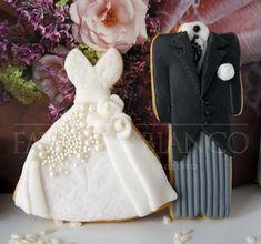handmade wedding favors. biscotti a forma di abito da sposa e da sposo decorati con pasta di zucchero. una dolcissima bomboniera!