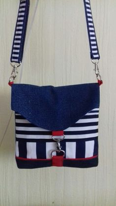 Super cute Red, White and Blue bag. Really like the closure. Fabric Handbags, Fabric Bags, Foldover Bag, Hipster Bag, Diy Sac, Diy Bags Purses, Bow Bag, Patchwork Bags, Denim Bag