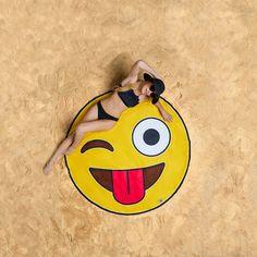 ¿Eres de playa o de montaña? Aunque seas de una cosa u otra, tenemos la toalla que puede con todo, pero sobretodo, con estilo y diversión. Nos referimos a esta toalla gigante con forma de Emoticono Guiño y Lengua... ¿La has visto bien?  Puedes ir de picnic con ella y ser el más divertido y con más estilo de todo el monte o si lo prefieres, puede ser el verano más divertido de todos! Reparte positividad en toda la playa y compártela, ya que es gigante y mide 153cm de diámetro aproximadamente.