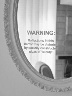"""""""ADVERTENCIA: Los reflejos en este espejo pueden ser distorsionadas por unas ideas de 'belleza' construídas socialmente."""""""
