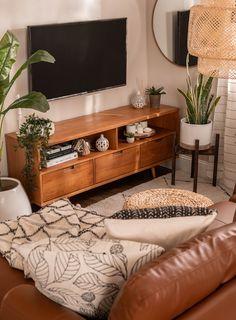 Boho Chic Living Room, Apartment Living, Living Room Sofa, Small Living Room Ideas With Tv, Earthy Living Room, Small Living Room Furniture, Modern Furniture, Dining Room, Mid Century Modern Living Room
