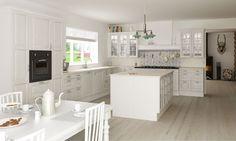 Køkken i nostalgisk stil, med flotte udskæringer og kogeø. Se mere på www.skabdinbolig.dk