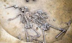 O Empenho Notícias & Afins: Arqueólogos descobrem esqueletos de vítimas de mas...