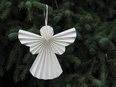 HIS: Якщо ми запропонуємо вам зробити новорічний декор із паперу, ви, напевно, згадаєте сніжинки із серветок та паперові ланцюжки… І, звісно, відмовитеся. А от і даремно! Дивіться, яку красу можна зробити із цього матеріалу, не витративши ані копійки.