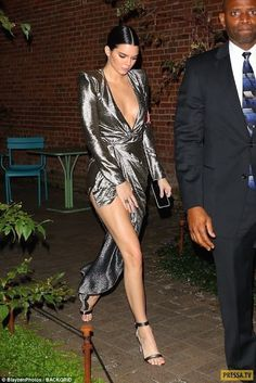 Kendall Jenner Style 771874823610203799 - Kendall Jenner en 20 looks super cool Mode mode Togo Source by bouboukity Kendall Jenner Outfits, Kendall And Kylie Jenner, Kendall Jenner Modeling, Jenner Girls, Actrices Sexy, Silver Dress, Celebs, Celebrities, Mannequins