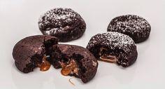 Sündige Schoko-Cookies mit flüssigem Karamellkern auf backenmachtgluecklich.de