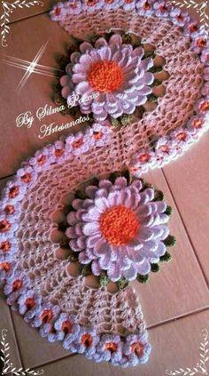 Caminho de mesa Crochet Doily Rug, Crochet Ripple, Crochet Dollies, Crochet Stars, Form Crochet, Crochet Tablecloth, Crochet Diagram, Crochet Stitches Patterns, Crochet Home