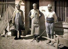 Soldats Sénégalais affectés aux tâches quotidiennes, à Soissons (Aisne). Autochrome de Fernand Cuville (1917)