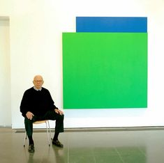 Ellsworth Kelly photographed in March 2006 at the Serpentine Gallery. Pictured behind is the artwork Green Relief over Blue, 2004 Hard Edge Painting, Action Painting, Fabric Painting, Painting Art, Abstract Painters, Abstract Art, Ellsworth Kelly, Jasper Johns, Galleries In London