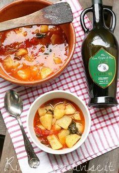 Zuppa di patate di Giovanna La zuppa di patate è una ricetta semplice da preparare, economica, indicata per quelle giornate più umide, grigie o fredde (non necessariamente invernali) in cui si ha voglia di coccolarsi con qualcosa di tiepido e perché no, anche calorico! E' ottima anche fredda nei mesi estivi, io e Dany - Ideericette però la preferiamo in autunno/inverno come comfort food! Ingredienti per 3 persone: - 3 belle patate - 1/2 cipolla - olio extravergine di oliva biologico - sale…